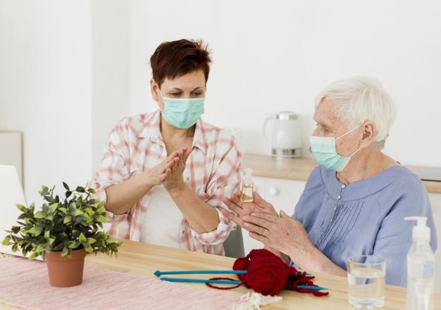 ดูแลผู้สูงอายุตามบ้าน Vs การเลือกใช้บริการสถานรับดูแลผู้สูงอายุ แบบไหนดีกว่า ?